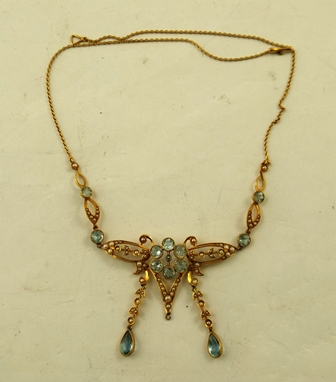 AN EDWARDIAN STYLE GOLD COLOURED METAL SEED PEARL AND POSSIBLY AQUAMARINE NECKLET having filigree wirework and two pendant drops, 40cm long