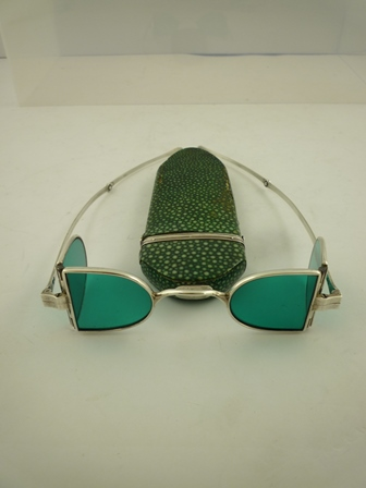 A PAIR OF GEORGE IV SILVER FRAMED TINTED WIG SPECTACLES, with four D-shaped blue/green tinted lenses, London 1824/25, together with a GEORGE III SHAGREEN SPECTACLE CASE