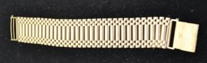 A 9CT GOLD GATE LINK BRACELET, bark effe